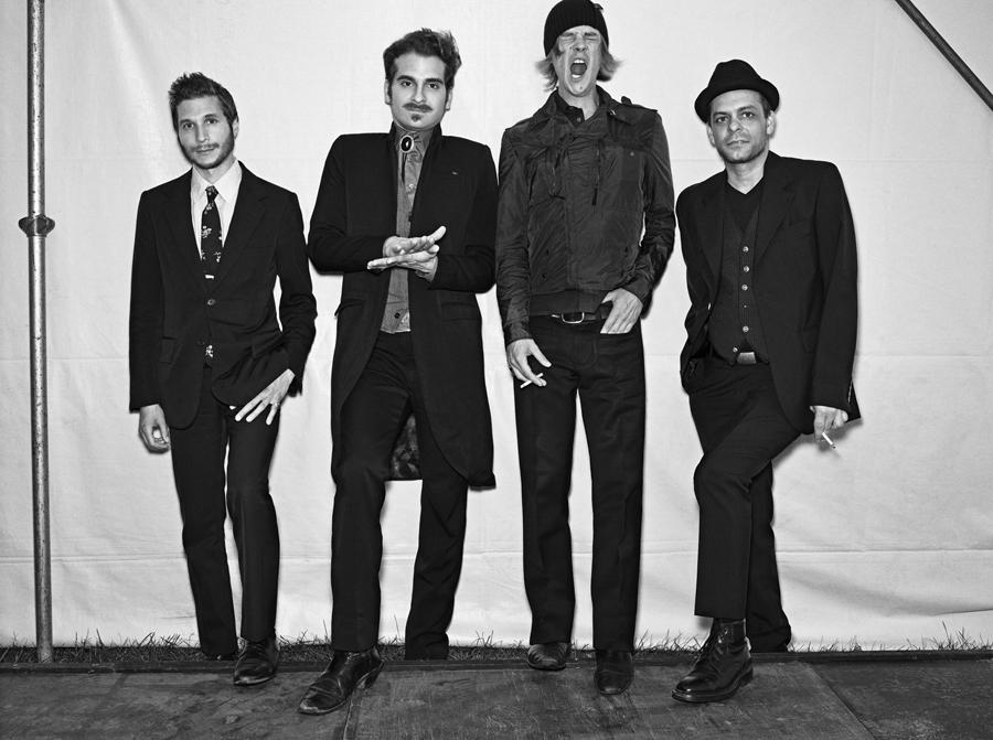 Interpol é uma banda norteamericana de indierock formada em 1997 em Nova Iorque 3 Em sua origem a banda consistiu de Paul Banks vocal guitarra Daniel